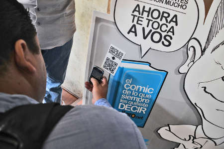 A Salvardoran using the QR code to take part in El Faro's Twitter campaign